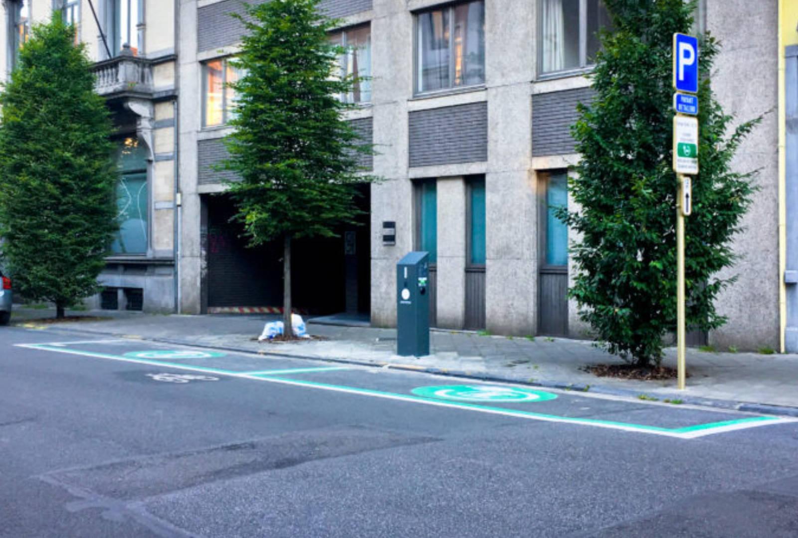 Elektrische voertuigen: Brussel tekent een strategie voor laadpalen uit